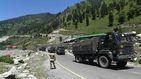 China hace un gran despliegue de tropas y armas en la frontera con India