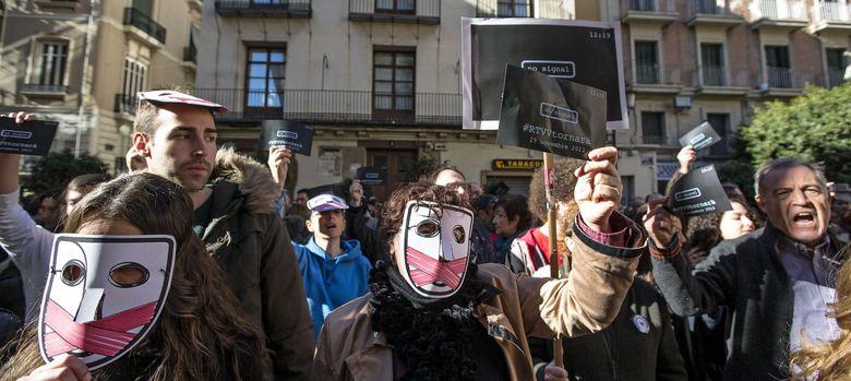 Foto: Trabajadores de RTVV se concentran ante el Palau de la Generalitat al cumplirse el primer mes del cierre. (Efe)