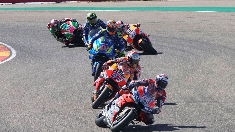 Foto: Pilotos de MotoGP trazando el 'sacacorchos invertido' de MotorLand Aragón. (EFE)