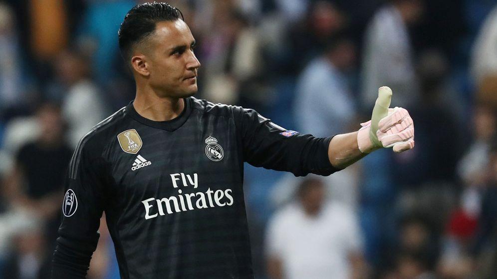 Foto: Keylor Navas saluda en un partido con el Real Madrid en el Bernabéu. (Efe)