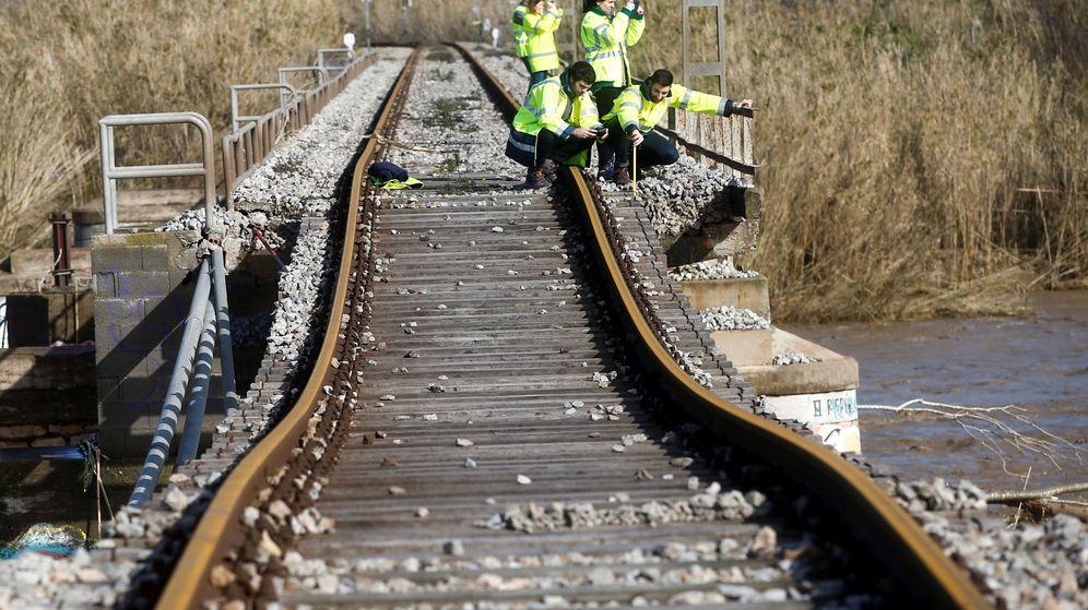 Foto: Técnicos de Adif revisan una vía del tren tras el paso de la borrasca Gloria el pasado mes de enero. (EFE)
