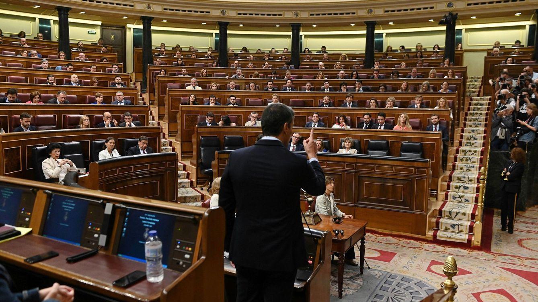 Foto: Pedro Sánchez se dirige a Pablo Casado desde su escaño, este 18 de septiembre en el Congreso. (EFE)