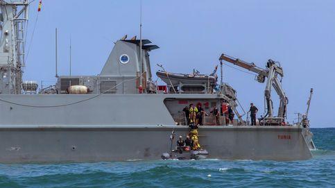 Inundadas partes del barco encallado que acudía a por el cuerpo del piloto fallecido