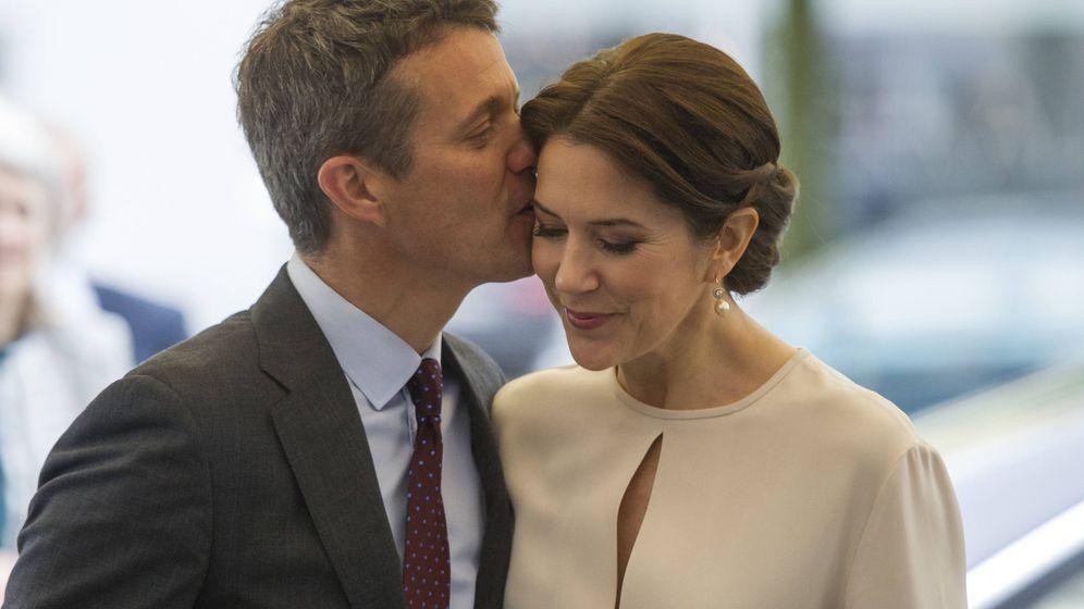 Foto: Federico de Dinamarca besa cariñosamente a su esposa Mary en una imagen de archivo. (Getty)