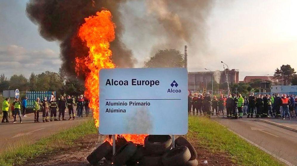 Foto: Trabajadores de la planta de Alcoa en San Ciprián. (EFE)