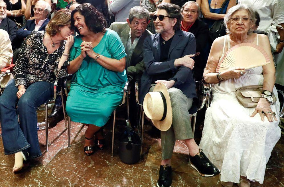 Foto: Almudena Grandes, Joaquín Sabina y Pilar Bardem durante la toma de posesión Luis García Montero como director del Cervantes. Todos ellos han firmado el manifiesto 'Tú decides'. (EFE)