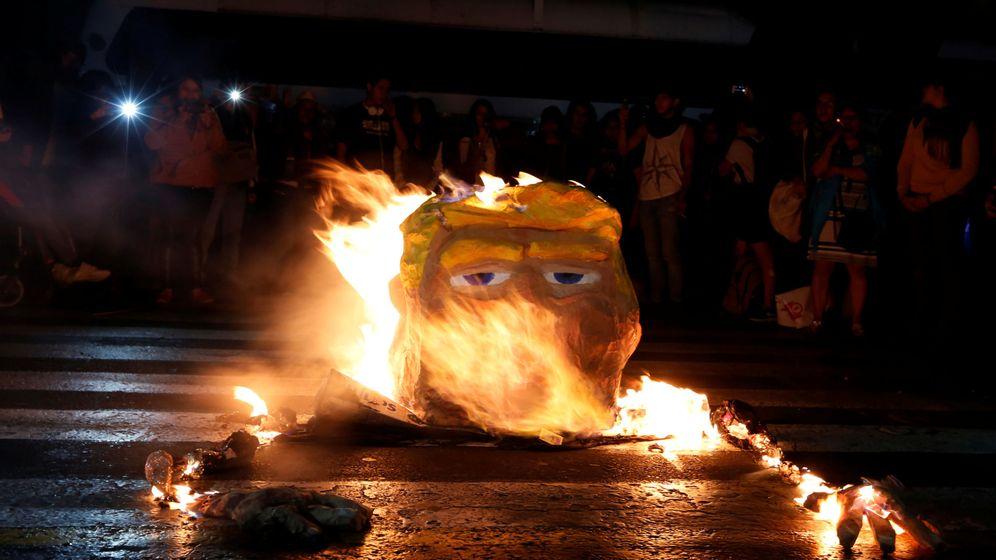 Foto: Unos manifestantes queman una figura de Donald Trump durante una propuesta en Ciudad de México, el 20 de enero de 2017. (Reuters)