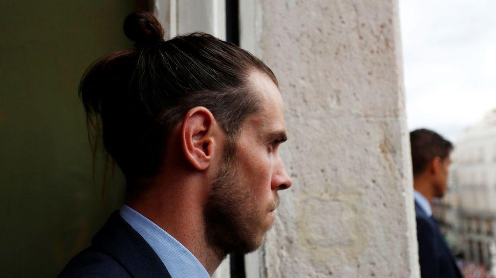 Foto: Bale, pensativo y solo, en el balcón de la Comunidad de Madrid durante los festejos de la celebración de la Decimotercera. (EFE)