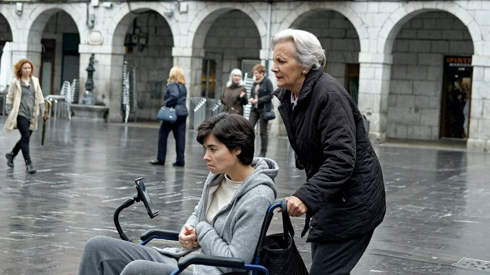 Foto: Arantxa (Loreto Mauleón) y Bittori (Elena Irureta), en el quinto episodio de 'Patria'. (Foto de David Herranz. HBO España)