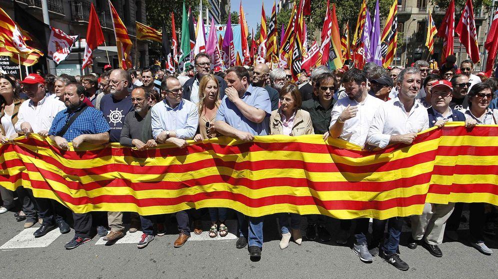 Foto: Carme Forcadell (d), Oriol Junqueras (c) y Neus Munté (i) lideran una manifestación contra la suspensión de las leyes catalanas. (EFE)