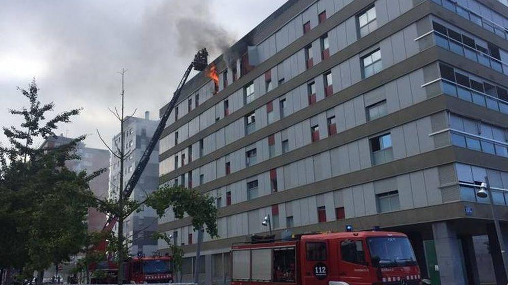 Foto: Los bomberos tratan de extinguir el incendio originado en el último piso de un edificio en Terrassa (Bombers Generalitat Catalunya)