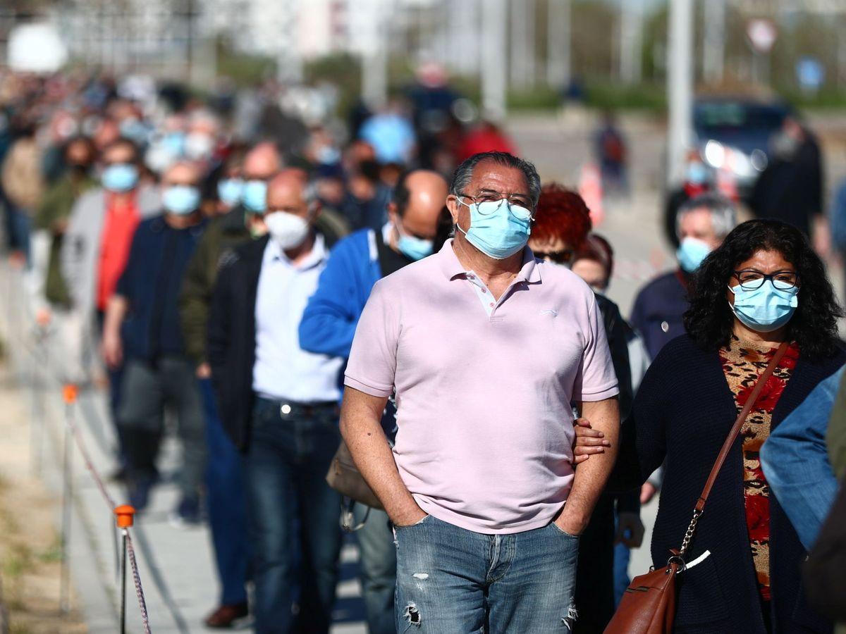 Foto: Decenas de personas esperan para recibir la vacuna en el Hospital Isabel Zendal. (Reuters)