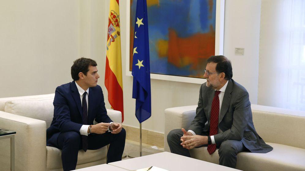 Foto: El presidente del Gobierno español en funciones, Mariano Rajoy, y el presidente de Ciudadanos, Albert Rivera, durante la reunión que mantuvieron en diciembre de 2015. (EFE)