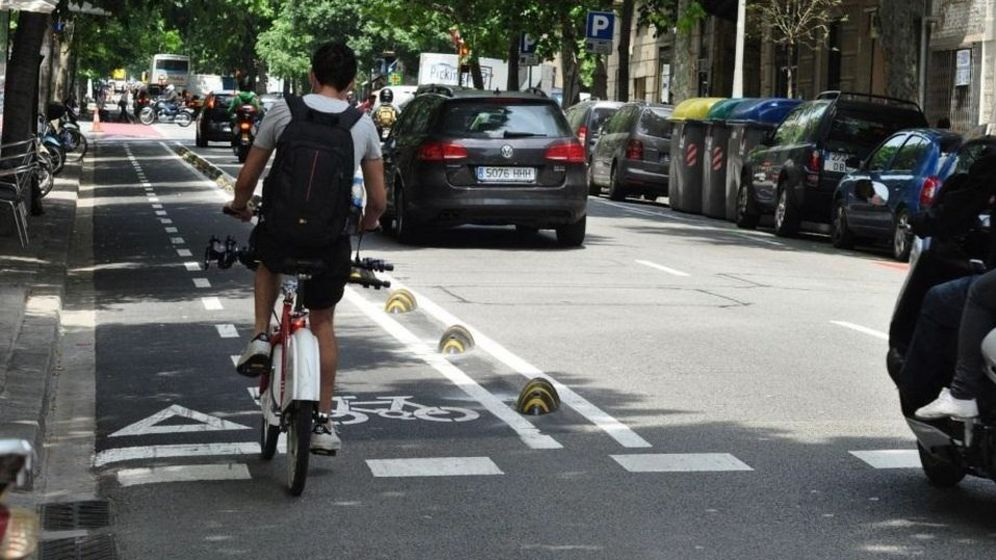 Foto: Un ciclista transita por un carril bici. (EFE)