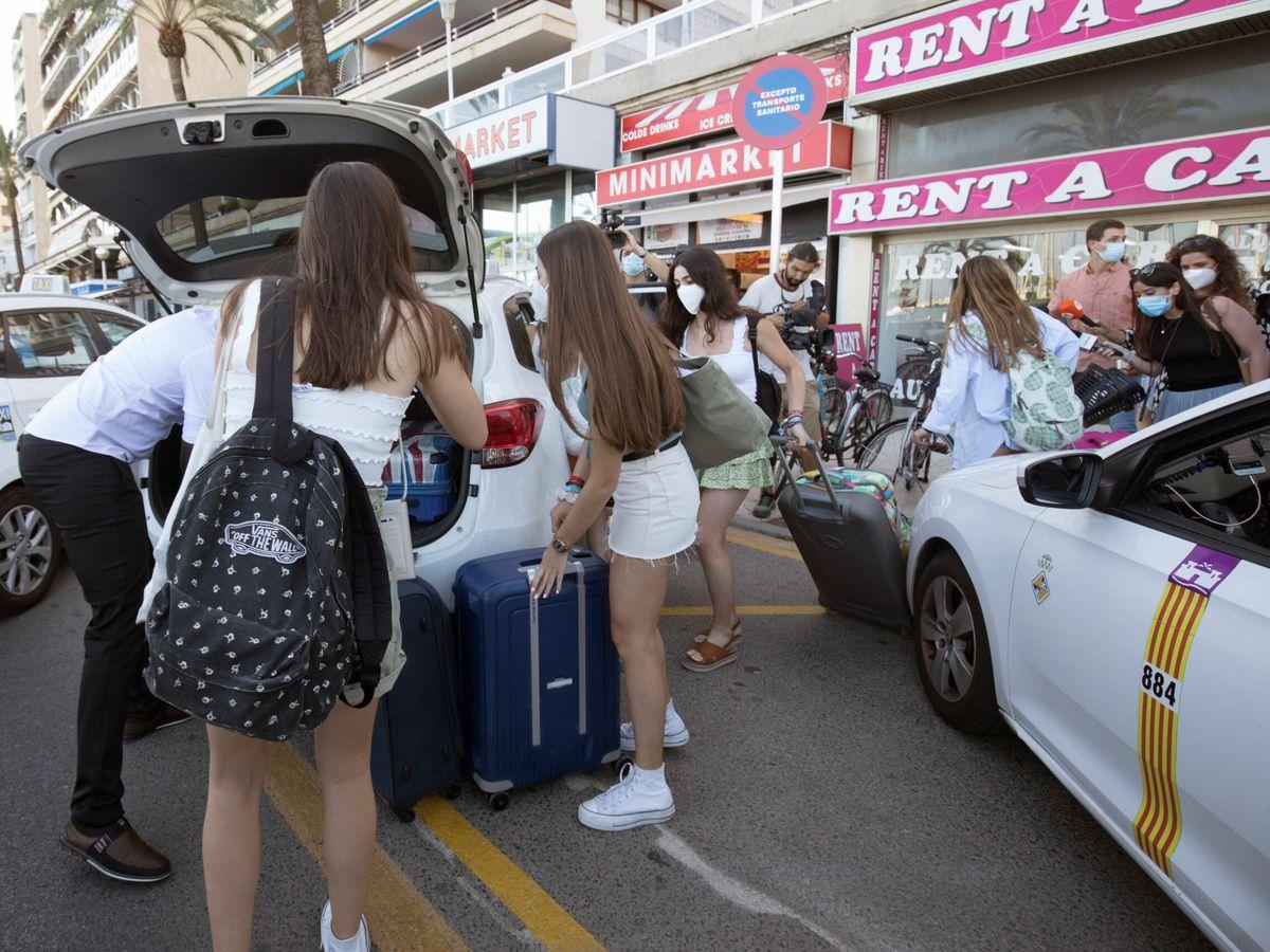 Foto: Las primeras confinadas abandonan el hotel Bellver de Palma este miércoles. (EFE)