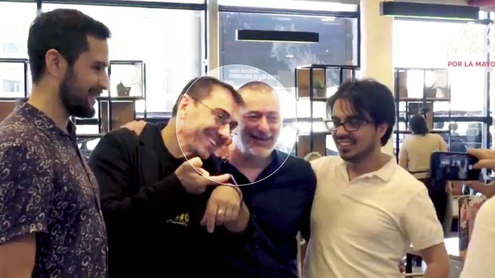Foto: Monedero, junto al director de la consultora, en Santiago de Chile a principios de año.