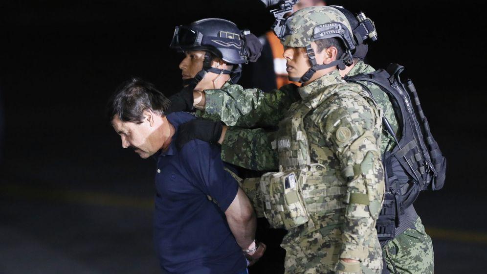 Foto: JoaquÍn 'el Chapo' Guzmán, en su traslado a la cárcel. (EFE)