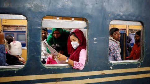 Una joven viajando en tren por Bangladesh