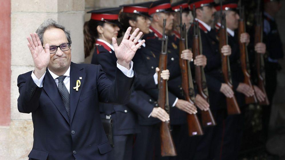 Foto: El presidente de la Generalitat, Quim Torra, sale del edificio del Parlament ante la formación de gala de los Mossos d'Esquadra. (EFE)