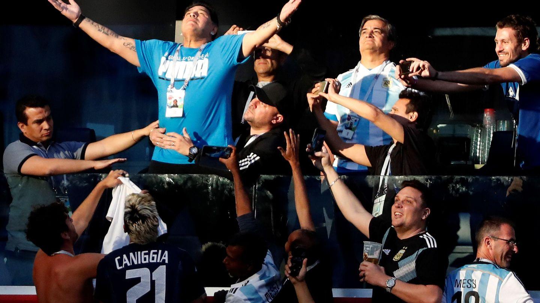 En la grada, el gran protagonista fue Maradona. (EFE)