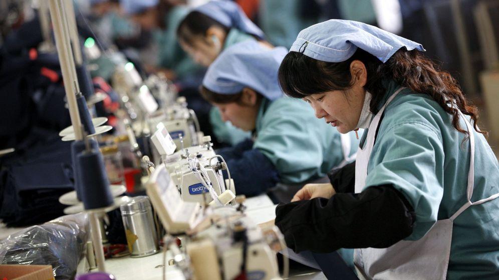 Foto: Varias mujeres trabajan en una fábrica textil de Huaibei (China). (EFE)