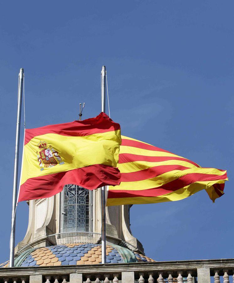 Foto: La banderas de España y de Cataluña ondean en el exterior del Parlamento catalán. (EFE)