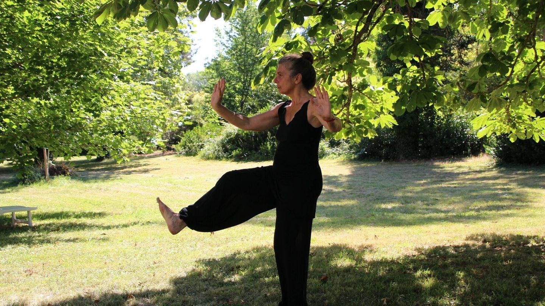 La fisióloga aconseja introducir momentos de inestabilidad en tu vida cotidiana con disciplinas como el Tai Chi (Unsplash)