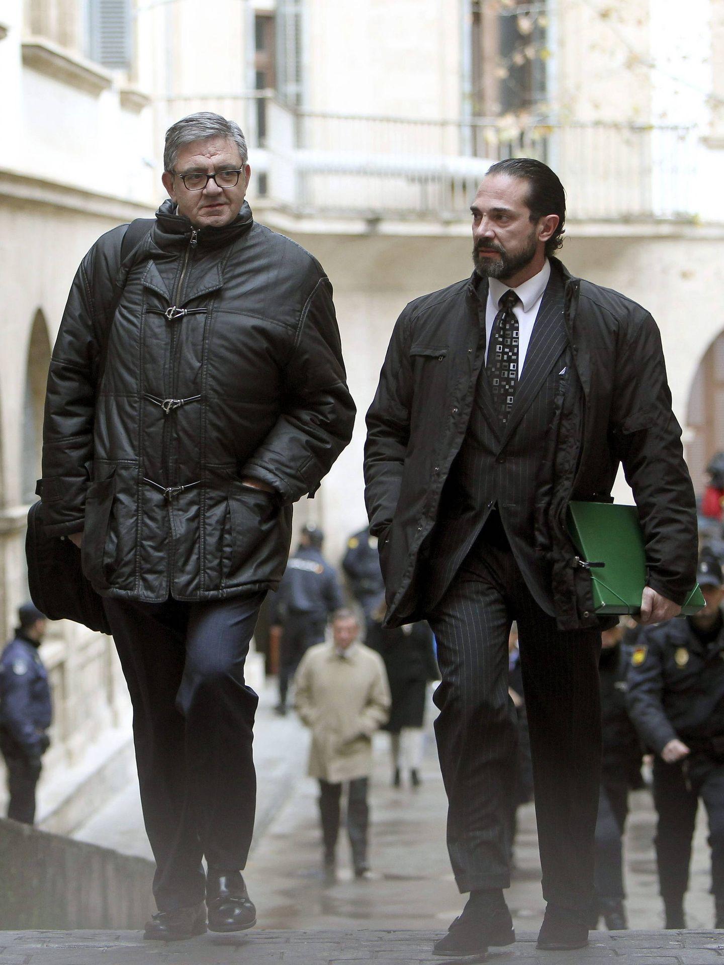 El exsecretario de las infantas Elena y Cristina, Carlos García Revenga, en los juzgados de Palma. (EFE)