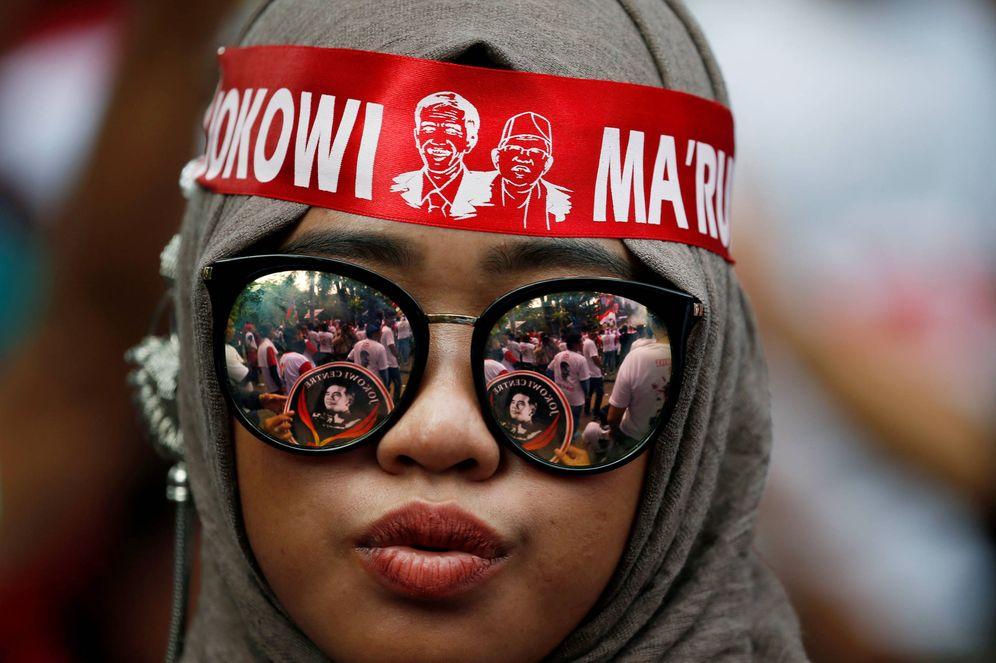 Foto: Una joven durante un mitin de campaña del candidato Joko Widodo, en Solo. (Reuters)