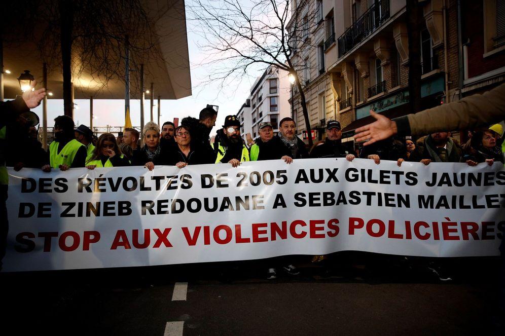Foto: Los Gilets Jaunes (chalecos amarillos), protestan contra la violencia policial este miércoles en Argenteuil, al norte de París. (EFE)