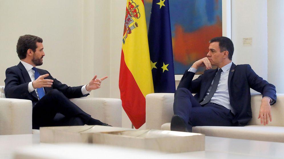 Foto:  El presidente del Gobierno, Pedro Sánchez, recibe al líder del PP, Pablo Casado. (EFE)