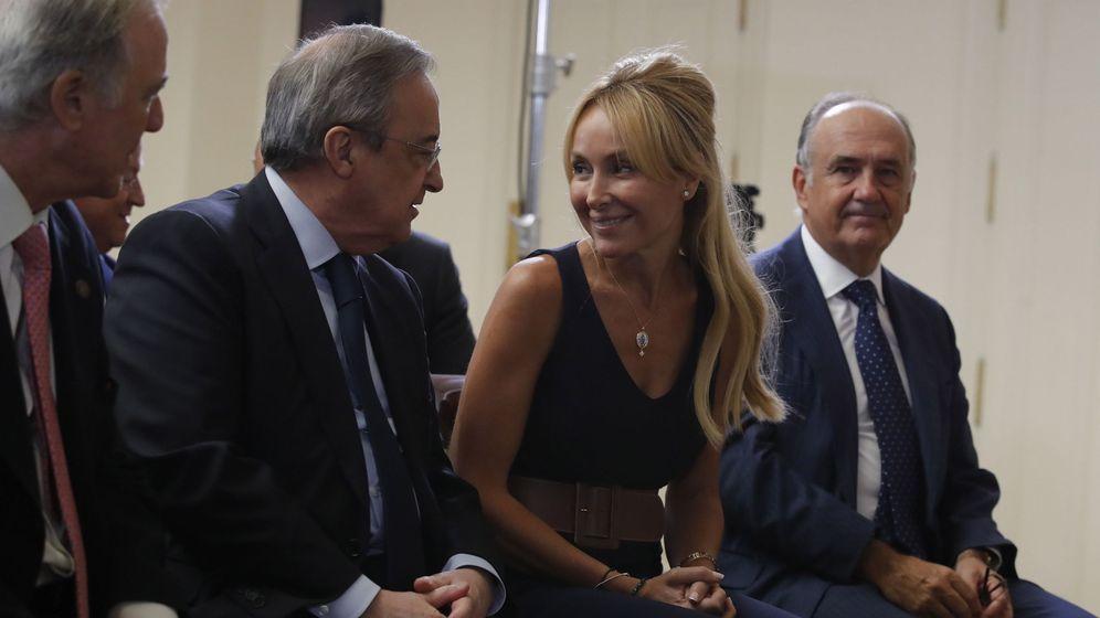 Foto: El presidente de ACS, Florentino Pérez (2i), y la presidenta de FCC, Esther Alcocer Koplowitz. (EFE)