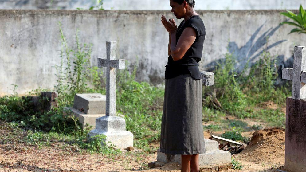 Foto: Una mujer en el cementerio tras el atentado en Sri Lanka. (Reuters)