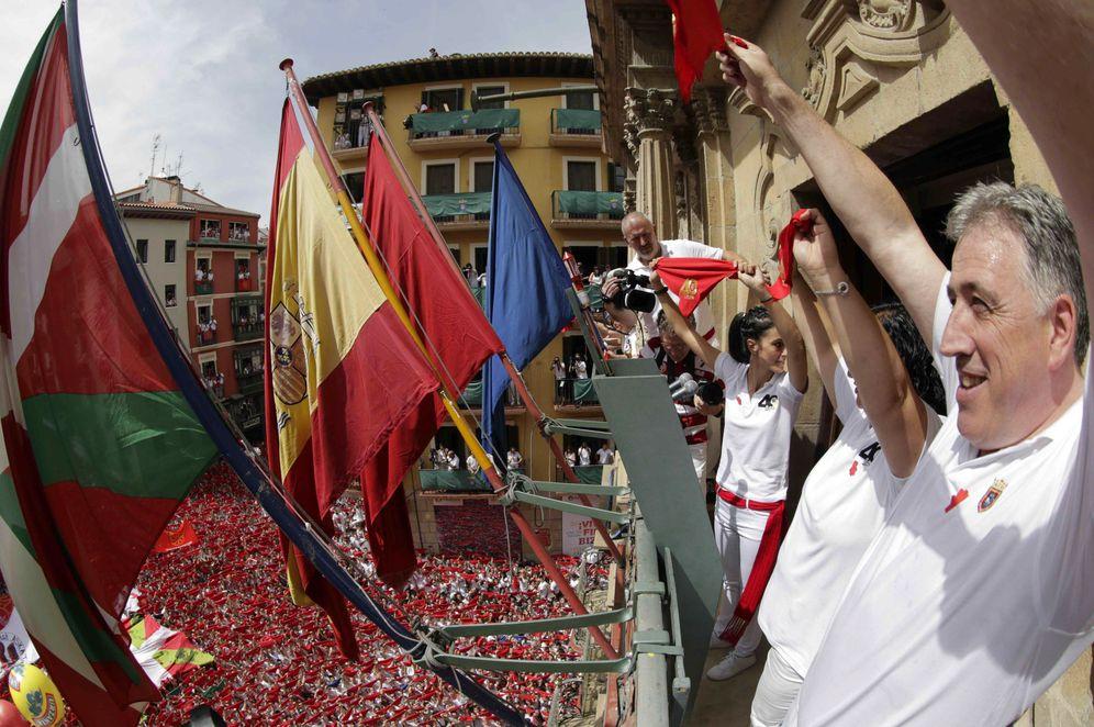 Foto: Asirón, durante el pasado chupinazo, junto a la ikurriña, que ocupó el mástil preferente del Ayuntamiento de Pamplona. (EFE)