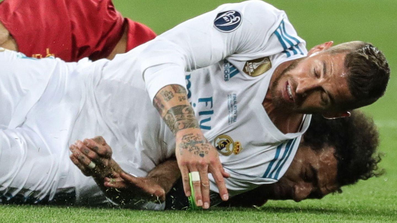 Lance entre Ramos y Salah que condujo a la lesión de este último en la final de la Champions League 2018. (Reuters)