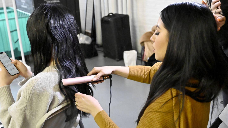 Algunos productos para moldear el cabello pueden dejar residuos en las placas de la plancha. (Getty)