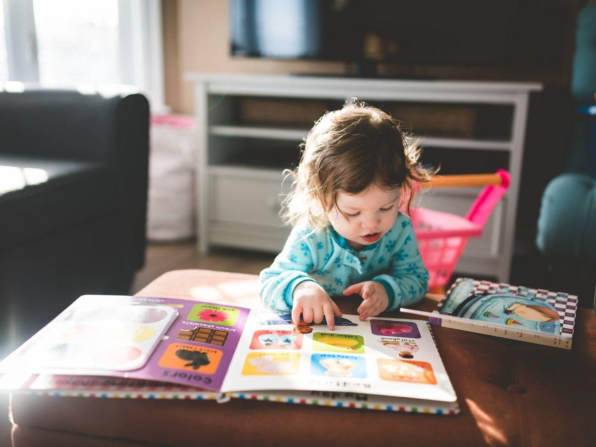 Foto: Bebé leyendo. (Stephen Andrews para Unsplash)
