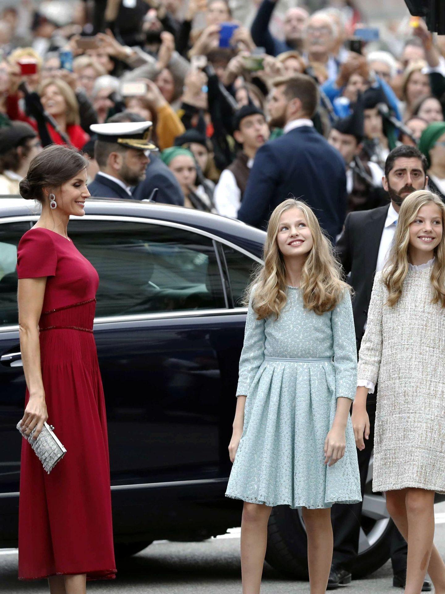 La reina Letizia, junto a sus hijas, la princesa Leonor y la infanta Sofía, a su llegada a la ceremonia de entrega de los Premios Princesa de Asturias de 2019. (EFE)