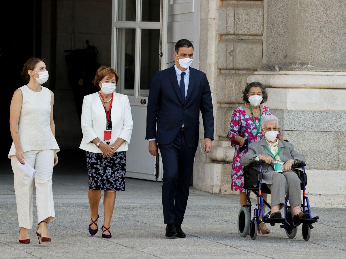 Foto: El presidente del Gobierno, Pedro Sánchez, junto a Araceli Hidalgo (d), primera mujer vacunada en España. (EFE)