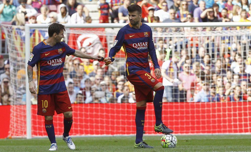 Foto: Piqué recibe el brazalete de capitán de manos de Messi en un partido de la 2015-16. (EFE)