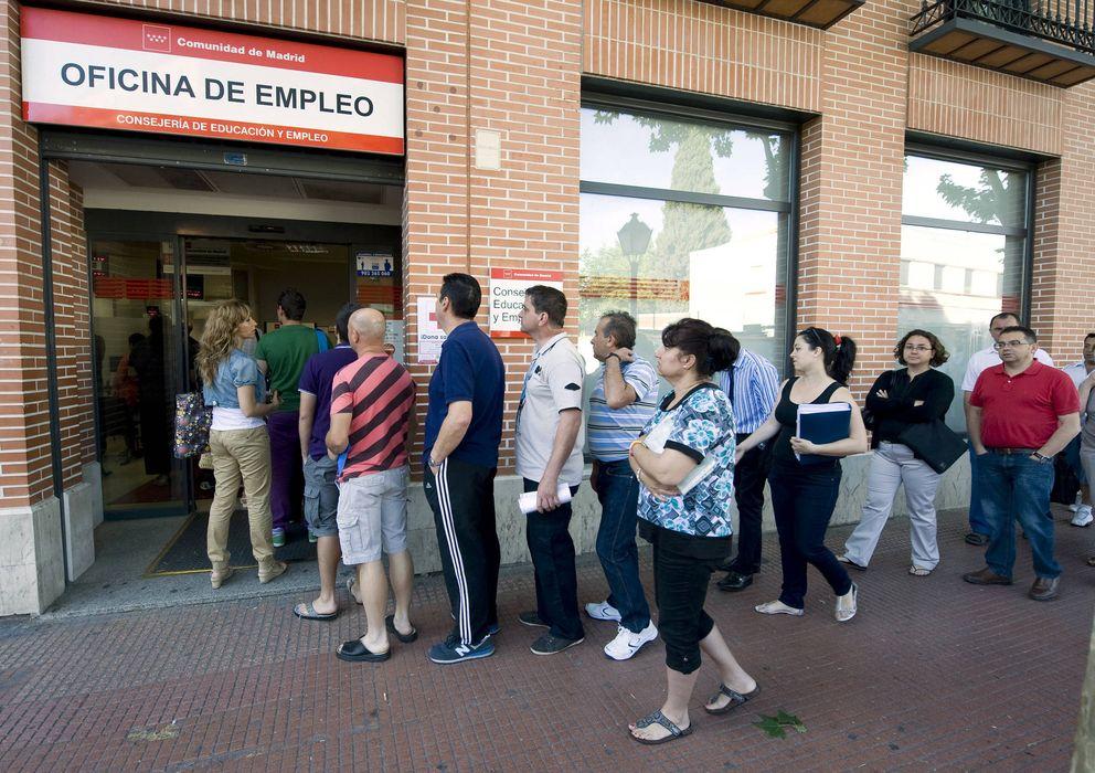 Foto: Un grupo de personas hace cola en una oficina de empleo. (EFE)