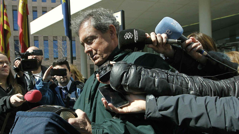 Foto: Jordi Pujol Ferrusola abandonando la sede de la Ciutat de la Justicia. (EFE)