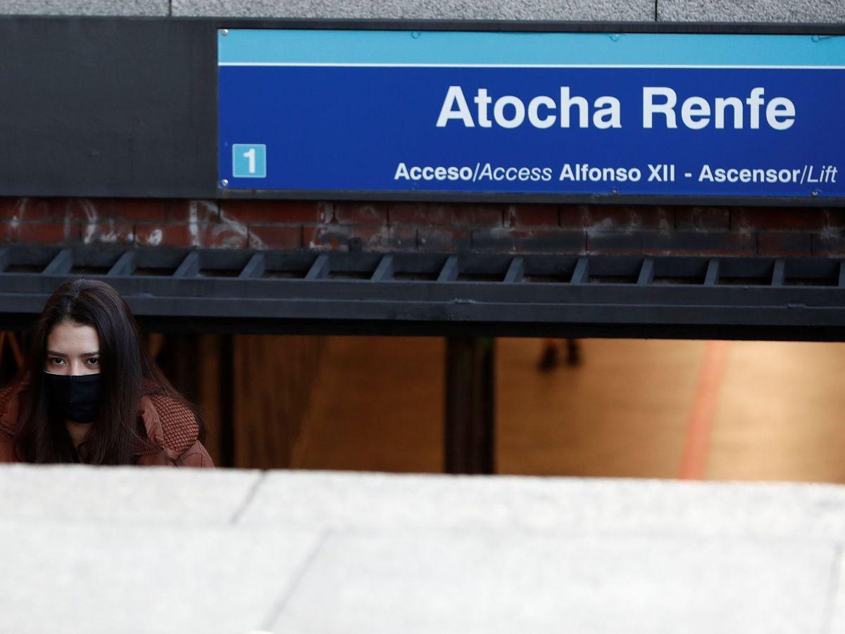 Foto: Una mujer sale de la estación de Metro de Atocha Renfe (EFE)