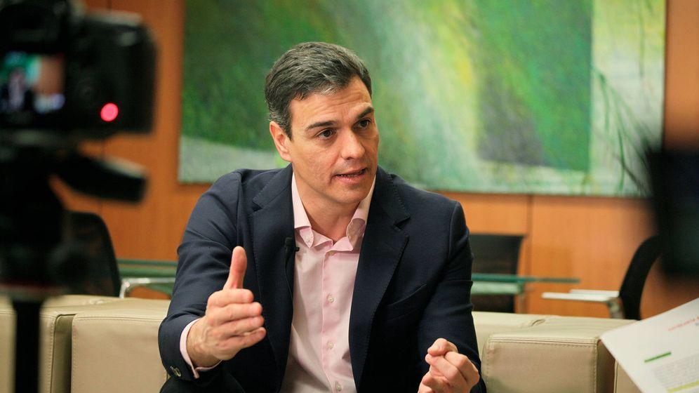 Foto: Pedro Sánchez, en su despacho en Ferraz durante la entrevista con El Confidencial este 27 de febrero. (Enrique Villarino)