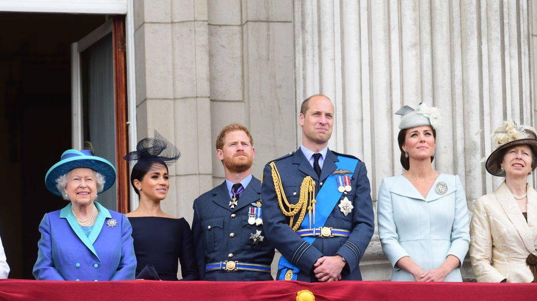 La reina Isabel, los duques de Sussex y los de Cambridge, con la princesa Ana en el balcón de Buckingham. (Getty)