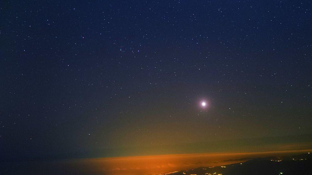 Foto: Vista desde el Observatorio del Teide (IAC). Se puede ver sobre el horizonte el planeta Venus y algo más arriba a la izquierda de éste el cometa Catalina. (Foto: StarryEarth/J.C. Casado)
