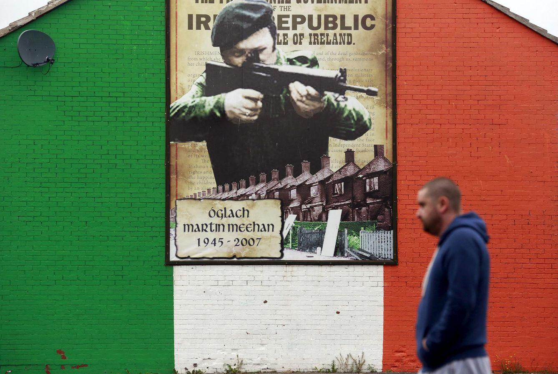 Foto: Un hombre pasa ante una pintada en apoyo del IRA en el norte de Belfast, el 9 de septiembre de 2015 (Reuters).