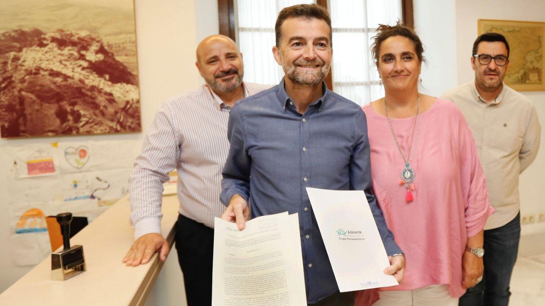Los portavoces de Adelante Andalucía, Ángela Aguilera  y Antonio Maíllo  al presentar sus enmiendas. (EFE)