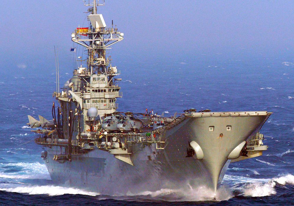Foto: El portaaviones 'Príncipe de Asturias' (R-11), modelo sobre el que se basa el HTMS 'Chakri Naruebet' construido para Tailandia. (Foto: Wikimedia Commons)
