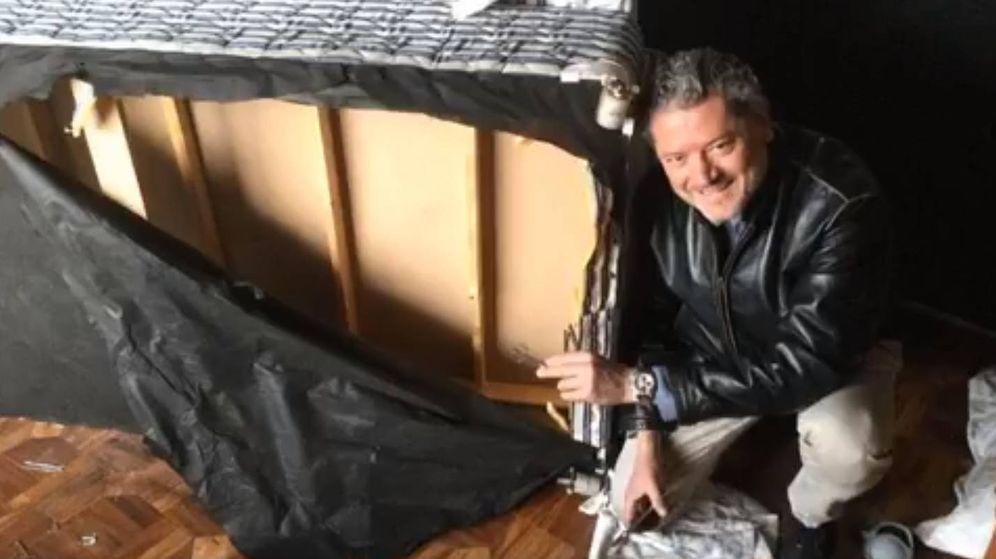 Foto: Vasileios Vasileiou, junto a la cama que le salvó la vida (Foto: Facebook)